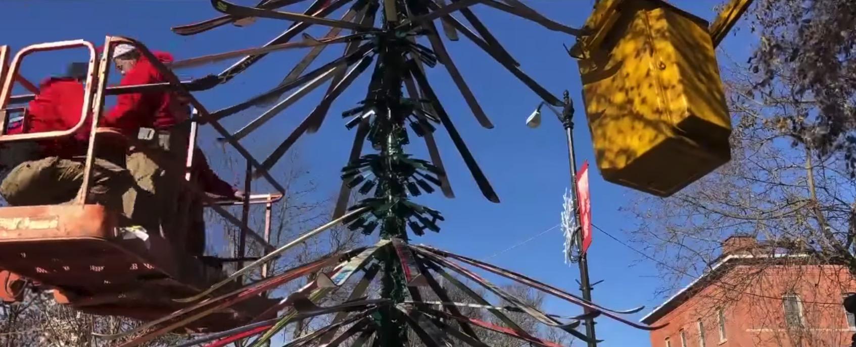 Wann Wird In New York Der Weihnachtsbaum Aufgestellt.Weihnachtsbaum Aus Ski In Den Usa Aufgestellt
